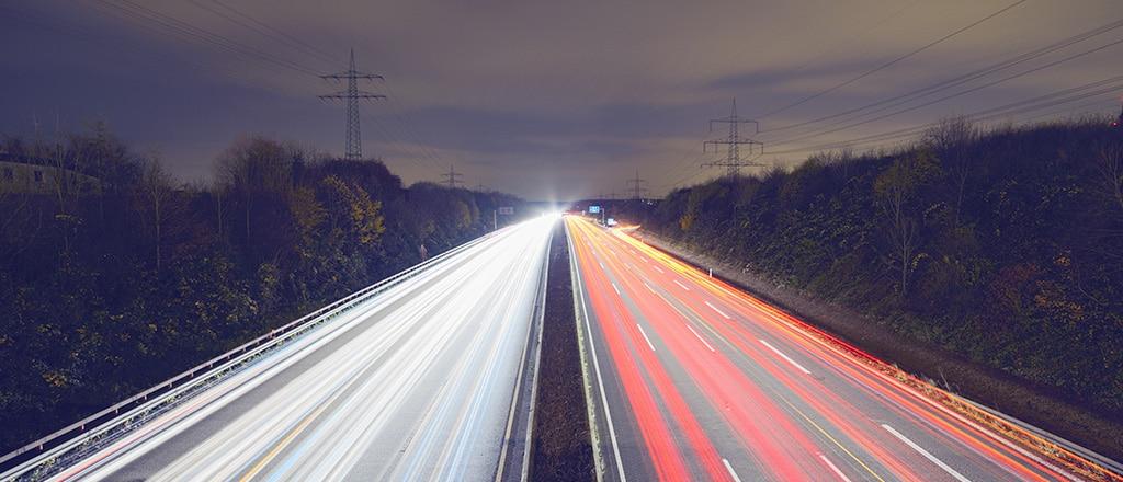 asphalt auto blur 417018 1 - Como o monitoramento ajudou nossos clientes a melhorarem suas principais métricas