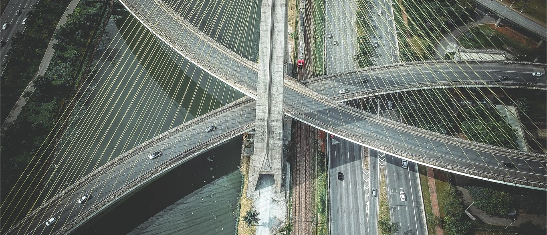Conjunto de avenidas de São Paulo, onde a mobilidade urbana é ponto crítico.