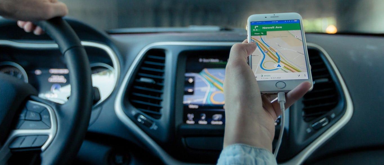 O rastreador veicular usa GPS